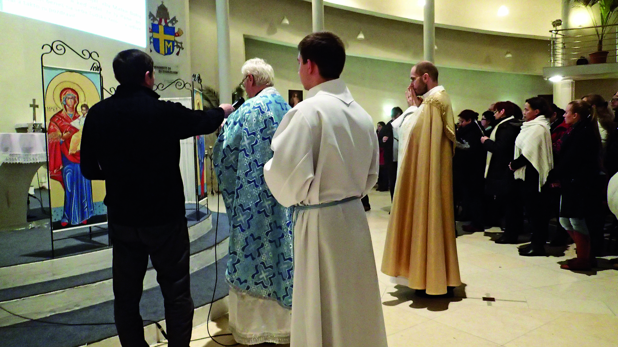 V Petržalke veriaci oboch obradov spoločne otvorili Rok milosrdenstva