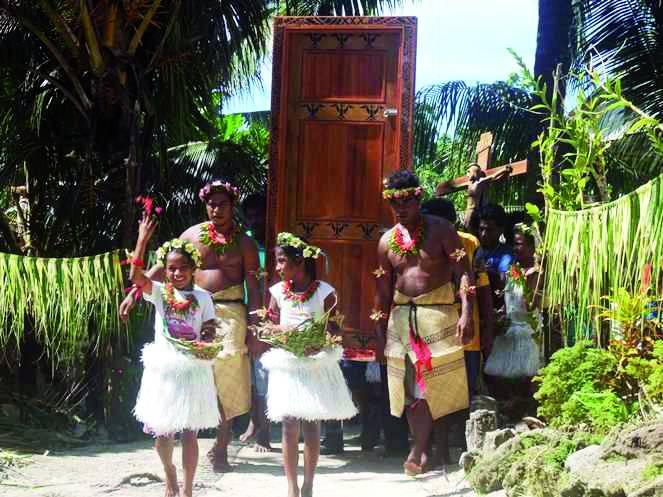 Veriaci na Šalamúnových ostrovoch prešli putovnou svätou bránou
