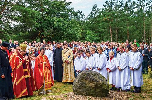 Vladyka Milan Chautur posvätil krížovú cestu v Koromli