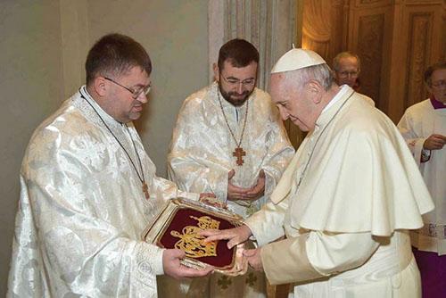 Svätý Otec František požehnal korunu pre zarvanickú ikonu Presvätej Bohorodičky