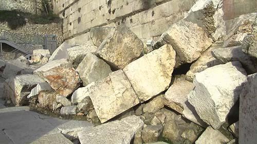 Nárek nad spustošeným chrámom