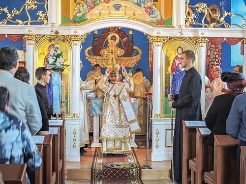 Nový ikonostas a obnovenú farskú budovu posvätili v Slavkovciach