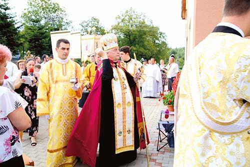 V Čičave posvätili novú farskú budovu a kríž v rómskej osade